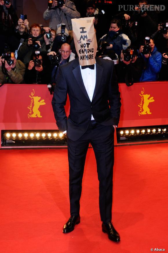 Shia Labeouf s'est présenté sur le tapis rouge de la Berlinale avec un sac en papier sur la tête.
