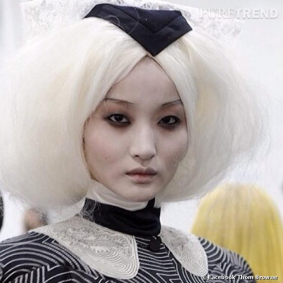 Cheveux crêpés, petites coiffe de feutre noir, volume dans la nuque... Les filles reviennent du XIXème siècle.