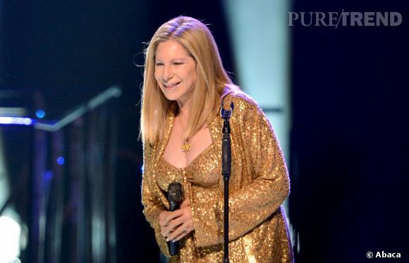 Barbra Streisand assume ses 71 ans en portant des décolletés moulants et du lamé doré. Disco !