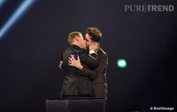 James Corden et Nick Grimshaw s'échangent un french kiss sur la scène des Brit Awards 2014.