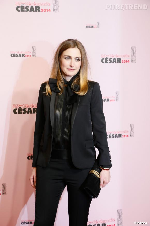 Julie Gayet est finalement venue aux César 2014, sublimée par un look masculin-féminin.