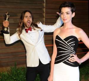 Jared Leto (en Saint Laurent) qui photobombe Anne Hathaway (en Viktor & Rolf, chaussures Charlotte Olympia, bijoux Neil Lane et pochette Roger Vivier) à la soirée Vanity Fair.