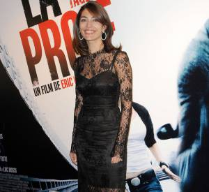 Caterina Murino ose la dentelle sexy sur tapis rouge.