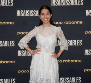 """Caterina Murino à la première du film """"Insaisissable"""" brille dans sa petite robe blanche."""