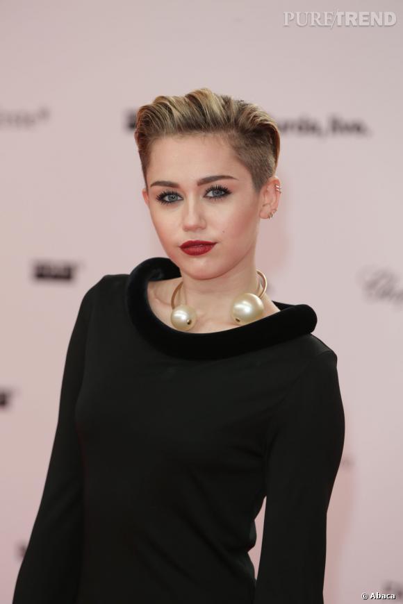 Miley Cyrus a un nouveau tatouage étrangement placé... Mais où ?