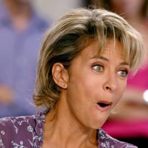 """Corinne Touzet, visiblement prise par surprise lors de l'enregistrement de l'émission """"Vivement dimanche"""" en 2003."""