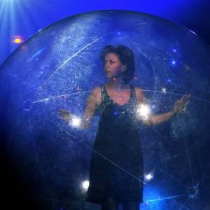 Corinne Touzet vit dans sa bulle pour le 11ème gala de la presse.