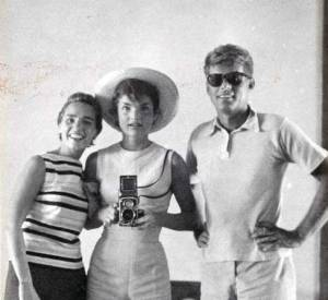Jackie Kennedy, JFK et Ethel Kennedy déjà tendance selfie en 1954. (Source : nickdrake.tumblr.com)