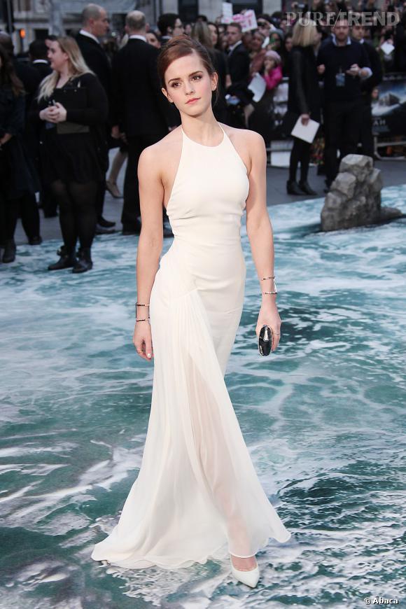 """Emma Watson porte une robe blanche Ralph Lauren à la première du film """"Noé""""."""