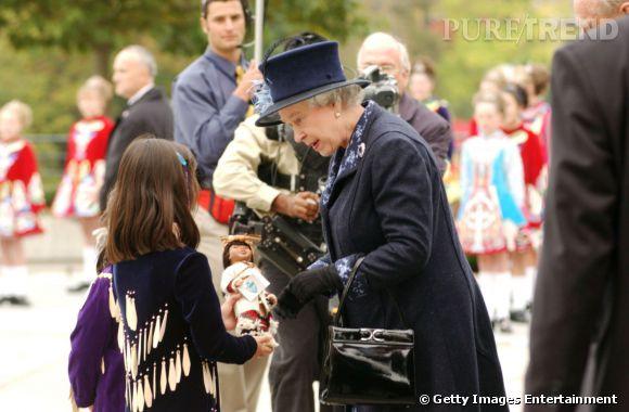 La Reine Elizabeth II reçoit une poupée lors de sa visite en Colombie Britannique en 2002.