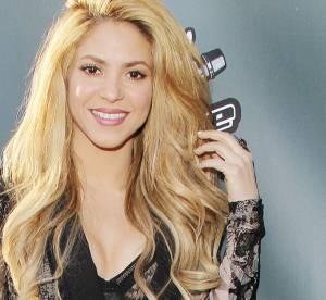 Shakira ose le soutien-gorge apparent sur le tapis rouge de The Voice