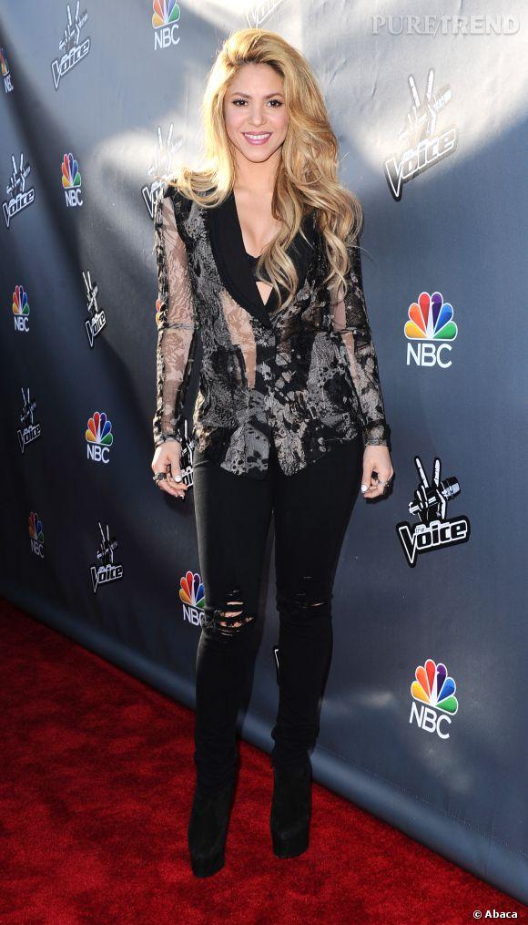 Shakira sexy dévoile son soutien-gorge sous sa veste !