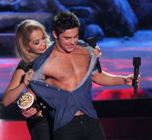 Zac Efron et Rita Ora : le strip tease hot des MTV Movie Awards 2014
