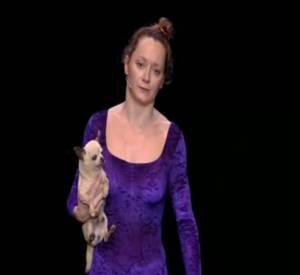 Julie Ferrier est une prof de danse complètement déjantée.