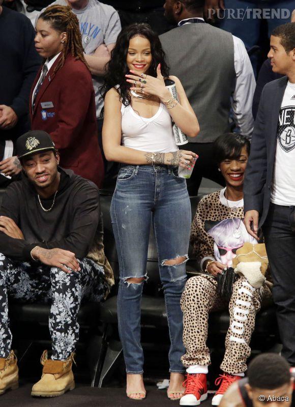 Rihanna sans soutien-gorge le 25 avril 2014 à New York pour le match de basket opposant les Toronto Raptors aux Brooklyn Nets.