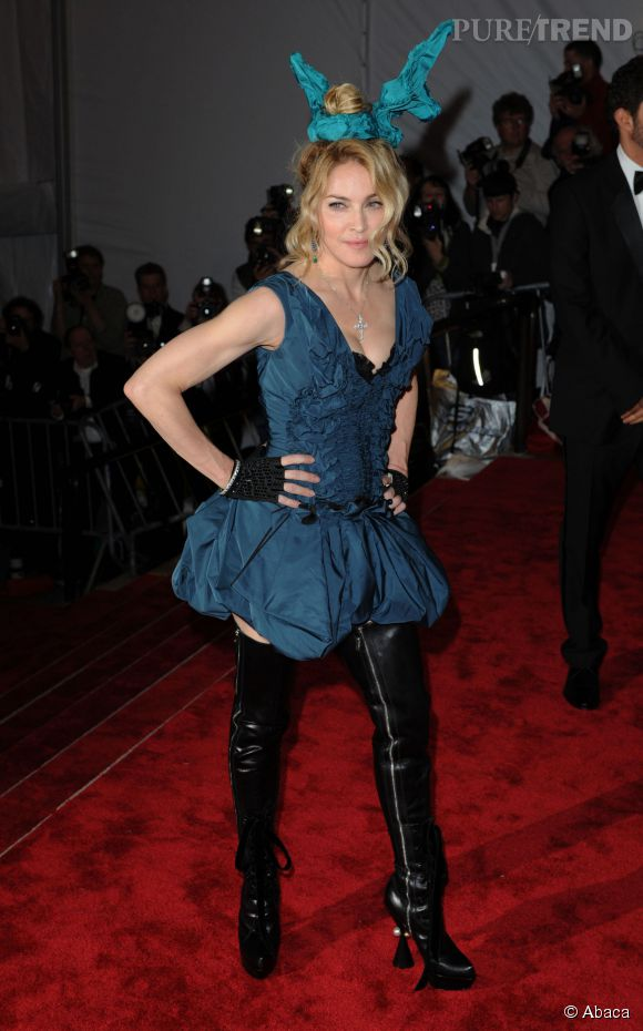 Madonna lors du Met Ball 2009 côté face.