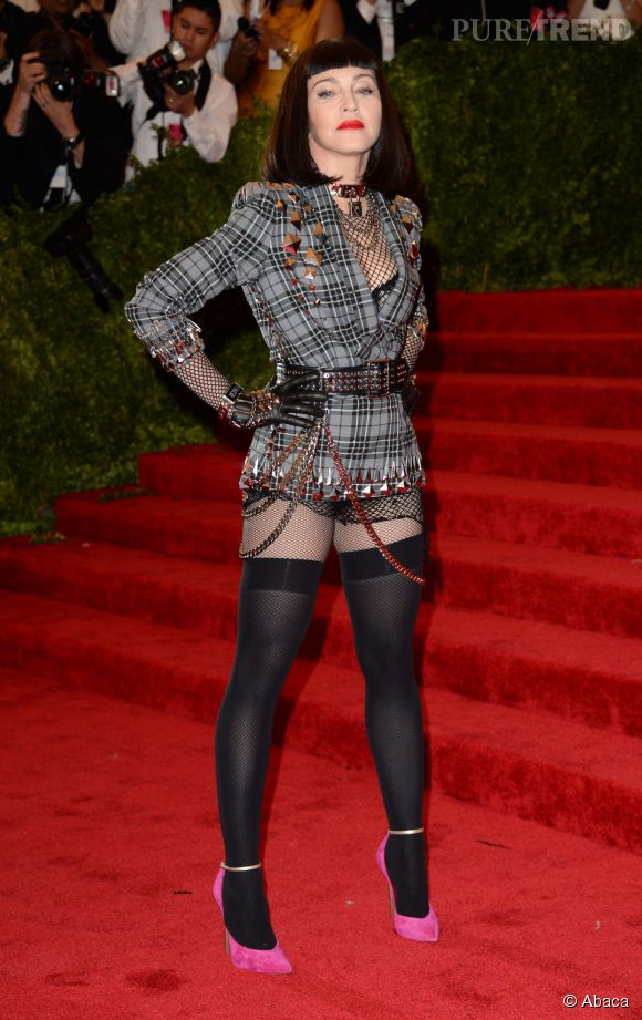 Madonna lors du Met Ball 2013 côté face.