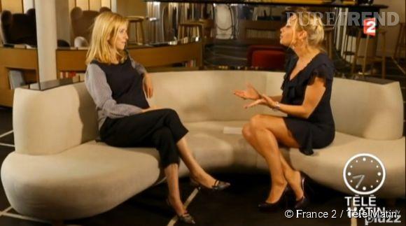 Léa Drucker camoufle son petit baby bump sous un top noir ample, lors d'une interview pour Télé Matin.