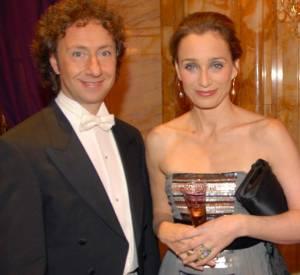 Là, Stéphane Bern préside le Bal des débutantes le 25 novembre 2006. Ici avec l'actrice Kristin Scott Thomas et son mari.