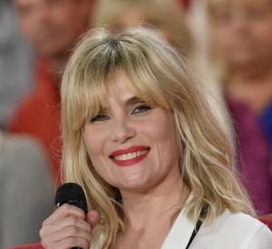 Emmanuelle Seigner, actrice et chanteuse souriante, complice avec ses soeurs pour Vivement dimanche.