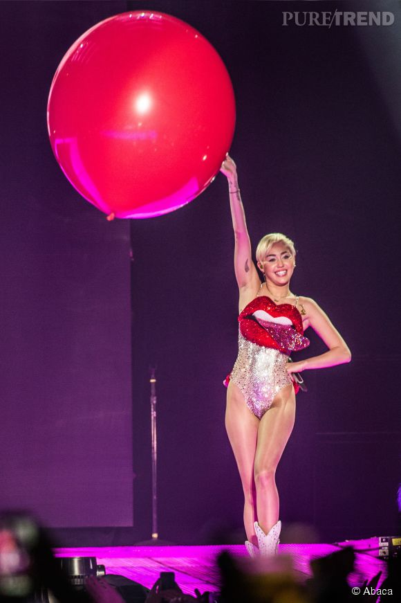 Miley Cyrus et sa reprise de Lucy in the sky with diamonds aux Billboard Music Awards 2014 le 18 mai 2014 à Las Vegas.