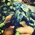 Rita Ora est super fière de son idée, alors elle met bien en avant sa petite figurine tortue ninja sur son compte instagram.