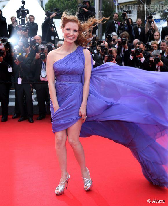 """Jessica Chastain victime du vent lors de sa montée des marches pour le film """"Foxcatcher"""", le 19 mai 2014."""