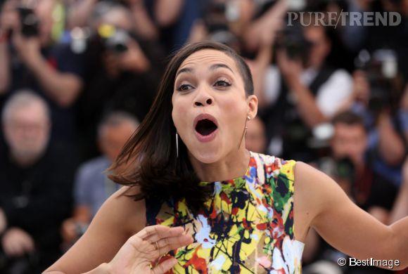 """Qu'arrive t-il à Rosario Dawson lors du photocall du film """"Captives"""" au Festival de Cannes 2014, le 16 mai 2014."""