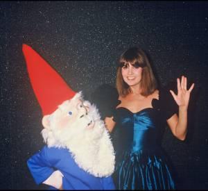 Chantal Goya et un des septs nains en 1987.