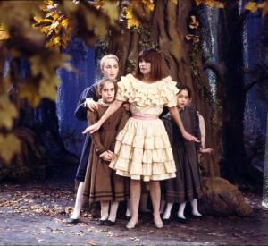 Chantal Goya en 1988 dans une robe des plus froufroutantes.