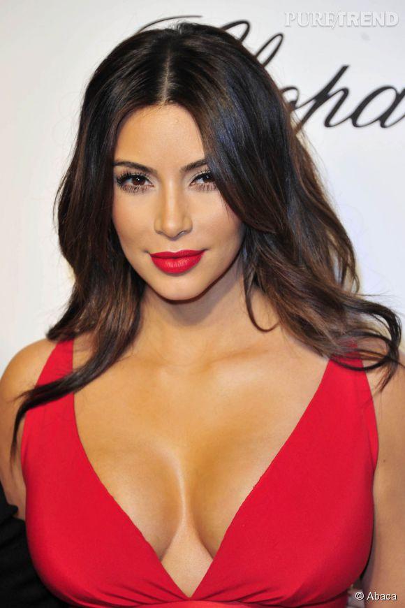 Kim Kardashian, du rouge + un décolleté.