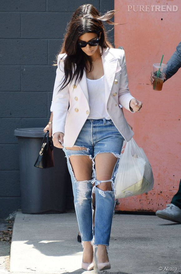 Kim Kardashian, le jean troué jusqu'en haut des cuisses.