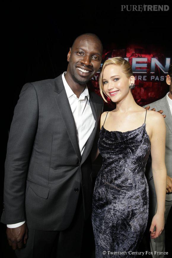 """Omar Sy et Jennifer Lawrence sur le red carpet lors de la première du film """"X Men : Days of Future Past""""."""