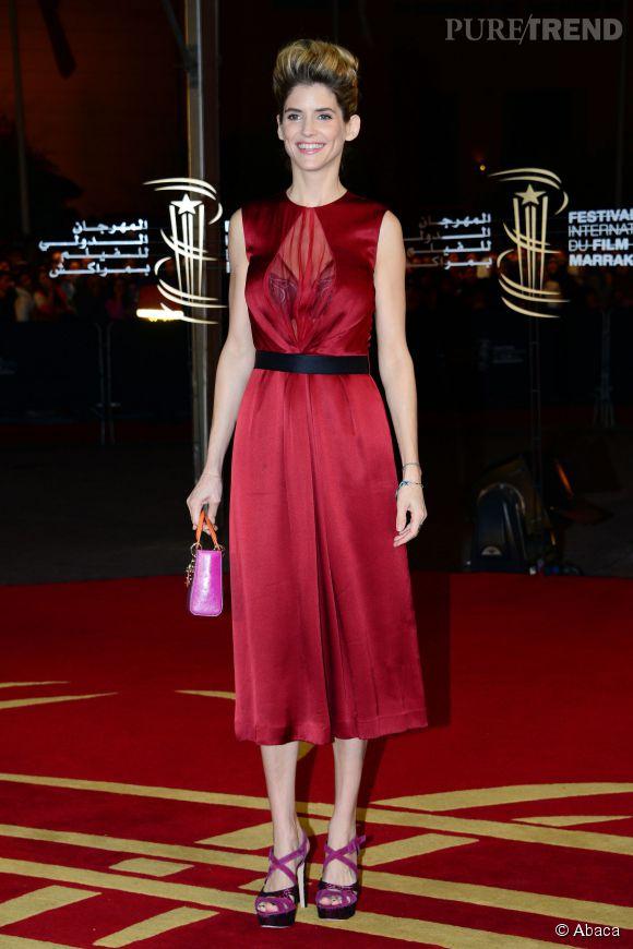 Alice Taglioni mixe rouge séduction et transparence pour un look sexy.