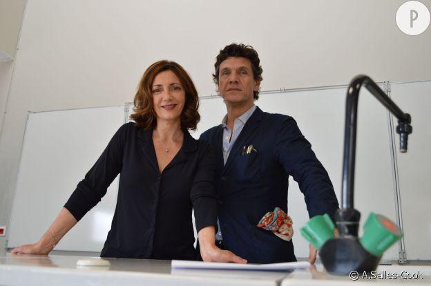 Valérie Karsenti et Marc Lavoine dans une salle de classe du lycée Le Corbusier à Aubervilliers, sur le lieu du tournage du film A toute épreuve.