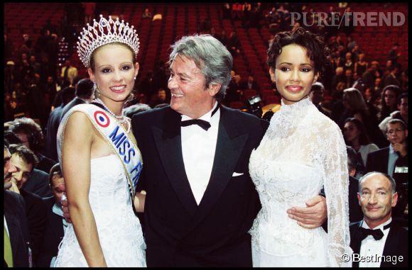 Elodie Gossuin a succédé à Sonia Rolland, Miss France 2000 lors d'une cérémonie se déroulant à Monaco.