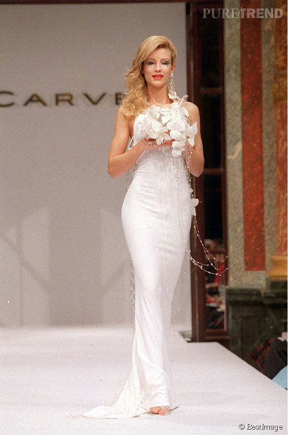 Elodie Gossuin joue les mariées pour Carven en 2001.