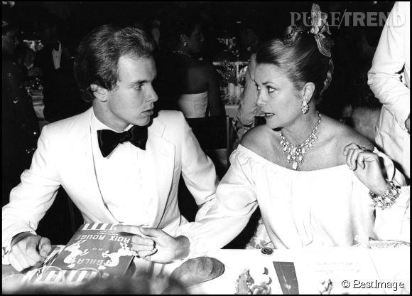 Le prince Albert II de Monaco, jeune homme charismatique et élégant aux côtés de sa mère Grace Kelly en 1977.
