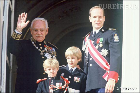 Le prince Albert II de Monaco en 1992 avec son père lors d'une cérémonie officielle.