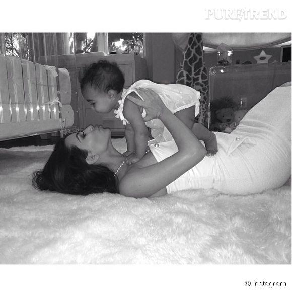 Kim Kardashian, une maman poule qui ne rêve que d'avoir un deuxième enfant ? Ça, et montrer ses fesses aussi.