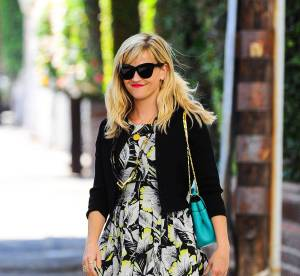 Reese Witherspoon : robe de midinette et sac flashy, le duo qu'on lui pique !