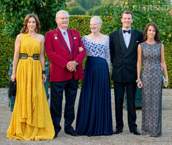 Les princesses Mary et Marie du Danemark lors d'un gala de la Croix Rouge le 11 septembre 2014 au Palais de Fredensborg. Elles sont accompagnées du Prince Consort Henrik, de la reine Margrethe et du prince Joachim.