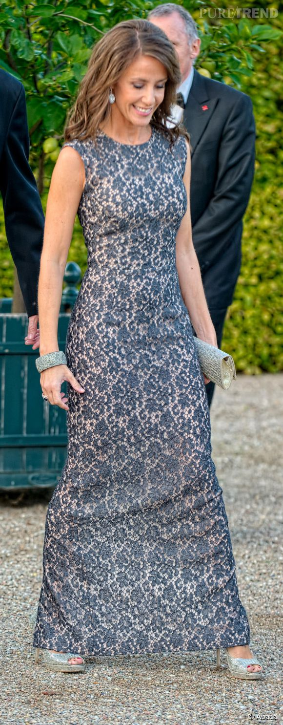 La princesse Marie du Danemark préfère une robe plus moderne et plus ajustée.