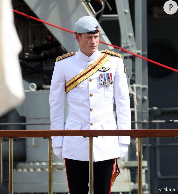 Le Prince Harry fait sensation au centenaire de la marine australienne dans son costume blanc.