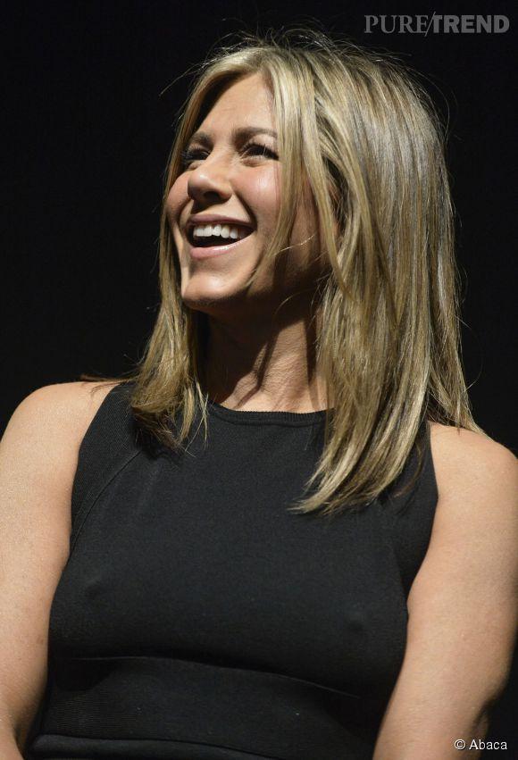 """Jennifer Aniston à l'avant-première de """"Cake"""" au festival de Toronto. Elle rigole, elle ne met pas de soutien-gorge et montre ses tétons. Elle est très détente Jen !"""