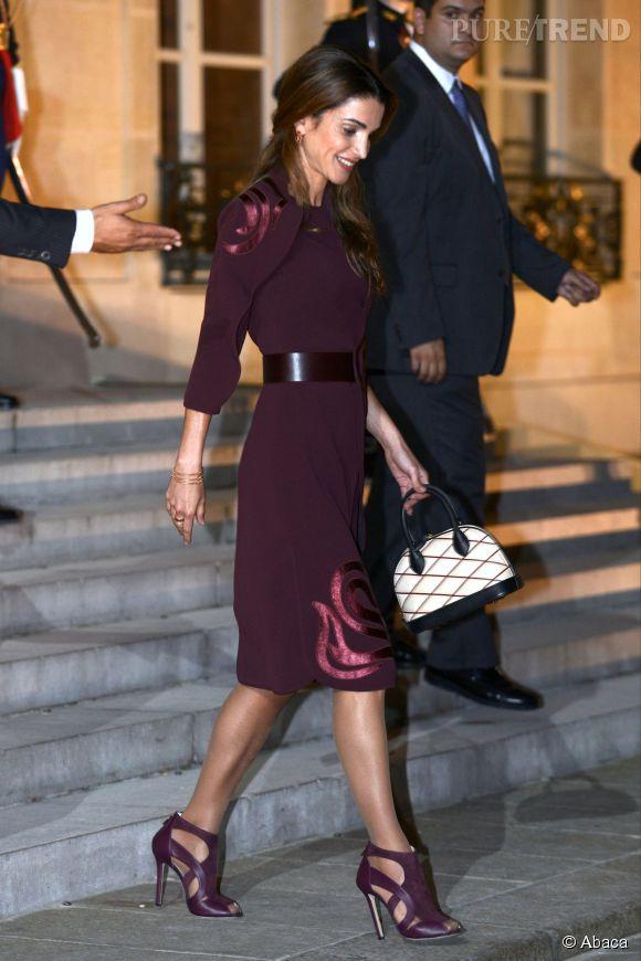 Rania de Jordanie s'offre une silhouette parfaite dans sa robe bordeaux marquée à la taille par une ceinture.