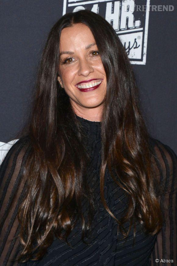 Cheveux longs, bruns, matière un peu wilde et lèvres foncées : ce beauty look plutôt chouette d'Alanis Morissette fait partie du passé !