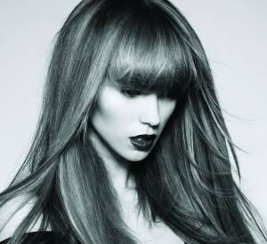 Les longueurs lisses et le fini glossy ne sont pas sans nous rappeler la coiffure de Françoise Hardy à ses débuts... Une coiffure résolument rétro.