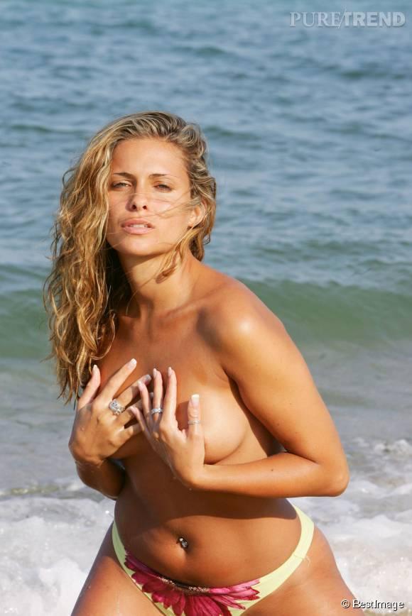 Clara Morgane, topless à la plage en 2004. Pas de doute, elle sait comment faire grimper la température.