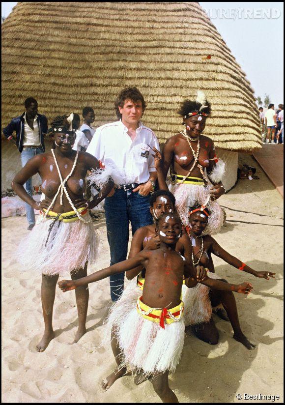 Daniel Balavoine en Afrique en 1985. Le chanteur était engagé dans un combat pour permettre l'acheminement de l'eau dans les terres les plus arides et reculées du Sahel.